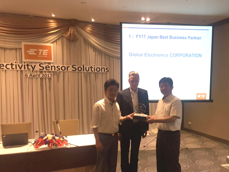 センサ事業部の松田(右)と大阪営業所の木谷(左)が TE Sensor Solutions の Myers 氏(中央)から「ベスト ジャパン パートナー賞」を受け取りました