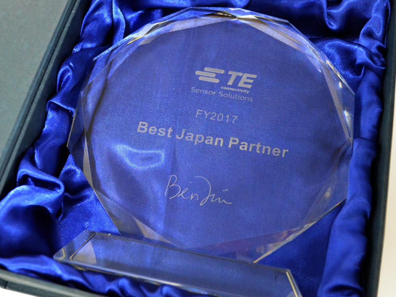 弊社が受賞した「2017 年度ベスト ジャパン パートナー賞」のトロフィー