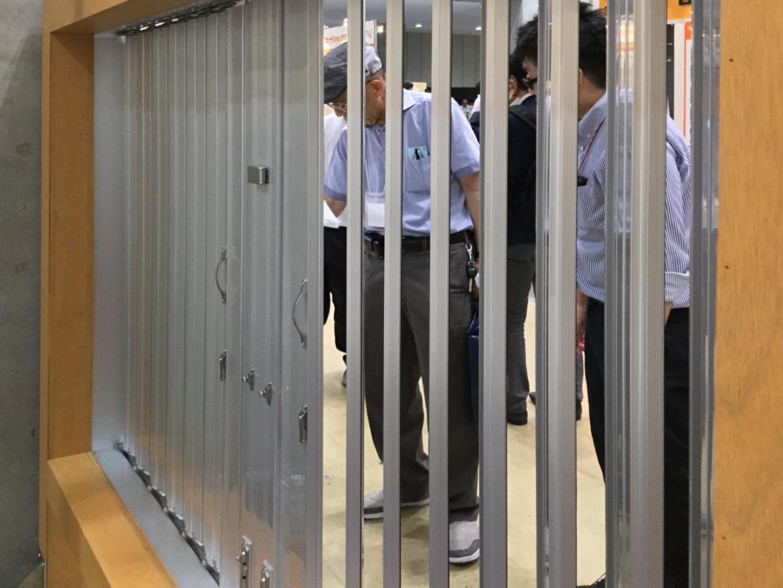 「雨戸デモ台」の裏から、各種施錠の実験もできる