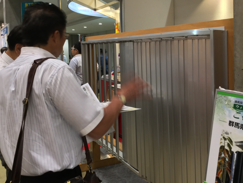 こもれび雨戸を見て、触れて、実物を体験できる「雨戸デモ台」を展示しました