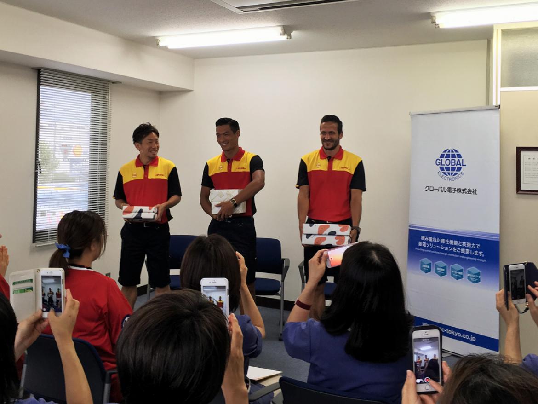 (左から)DHL ユニフォーム姿の宇賀神選手、槙野選手、ズラタン選手が会場に登場