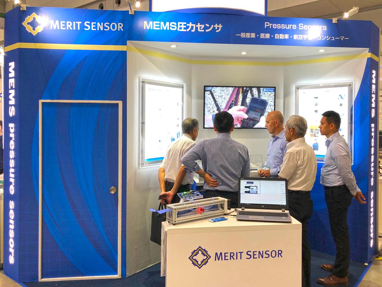 Merit Sensor CEO Rick Russell 氏(真ん中)がブースに訪れていました