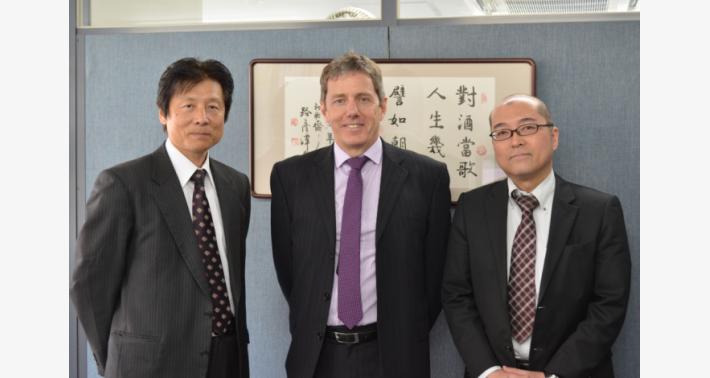 Steve Edwards 氏(中央)、プロダクトマーケティング担当脇山 政宏(左)と柴田 浩二(右)