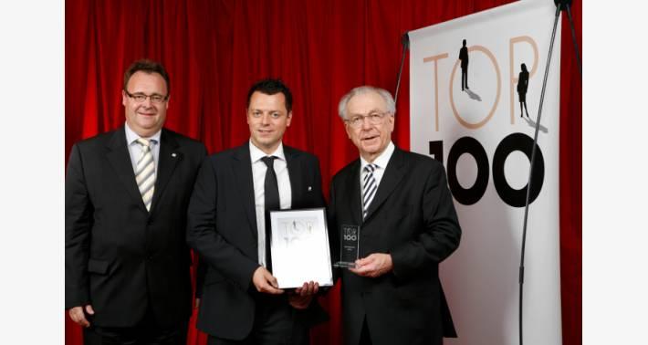 ドイツの「最も革新的な中規模企業 TOP 100 賞」を受賞する Ruffing 氏 (中央)