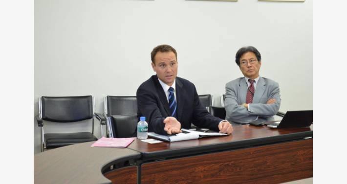 当社にて会議中のSorenson 氏とカーリング日本支社 野口氏