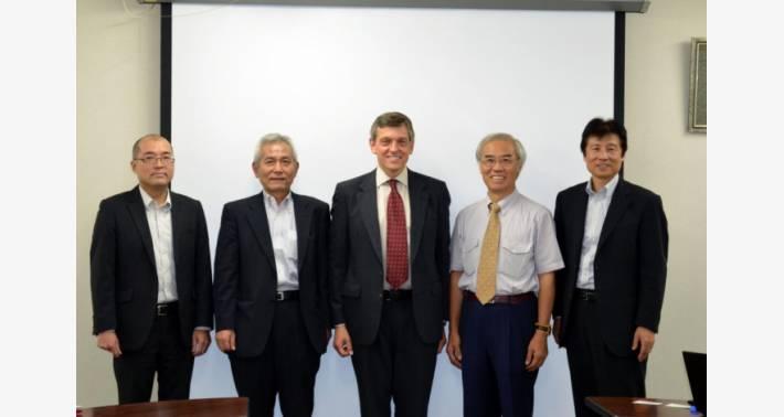 右から: 脇山部長、IXYS 社 VP Asian Sales Hong 氏、石原企画本部長、柴田課長