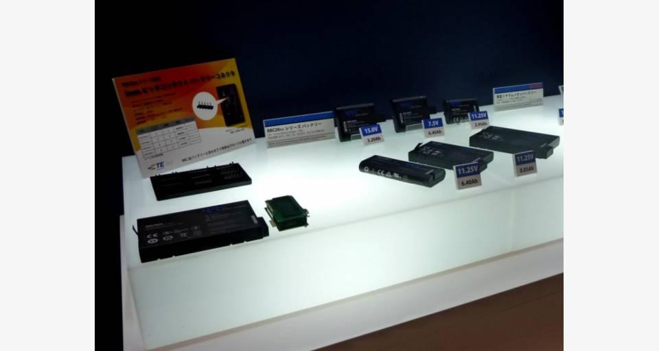 リチウムイオン二次電池パック RRC20xx シリーズの展示。一部のバッテリに使用されるタイコ社のコネクタの参考出展。