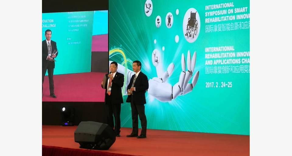「リラフィール」の製造元であるグローバルマイクロニクス社の矢島取締役(右)が最優秀新技術賞を受け取りました